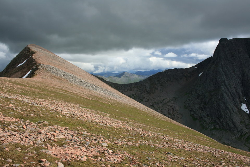 Carn Mor Dearg (left) and The Ben, 147 kb